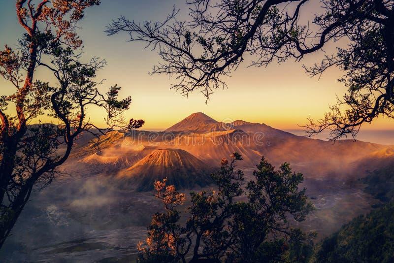 Vista aérea del soporte Bromo en la salida del sol Un volcán activo, una de las atracciones turísticas visitadas de Java Oriental foto de archivo
