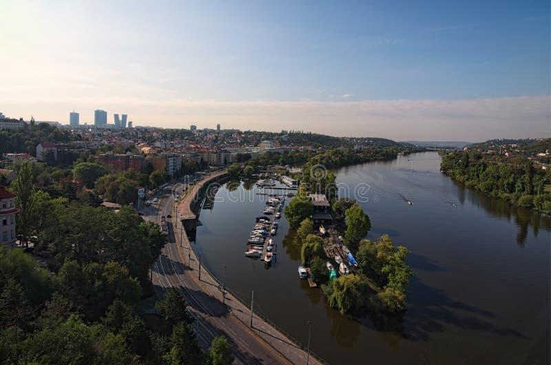 Vista aérea del terraplén, club náutico en el río de Moldava, distrito con los edificios residenciales Foto del paisaje del veran imagen de archivo libre de regalías