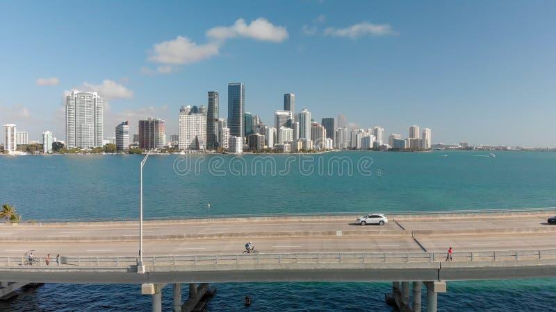Vista aérea del terraplén de Rickenbacker y del horizonte céntrico de Miami imagenes de archivo