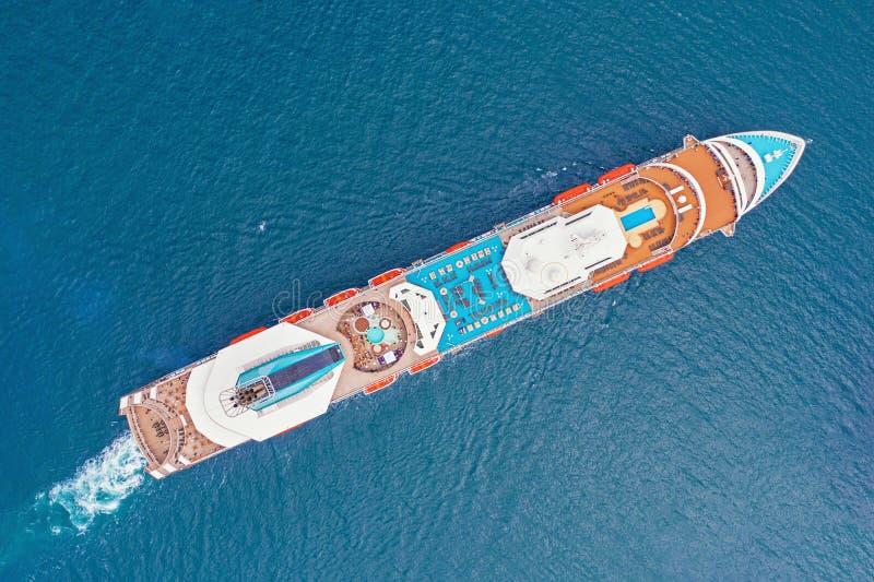 Vista aérea del trazador de líneas grande del barco de cruceros con la cubierta colorida imagen de archivo