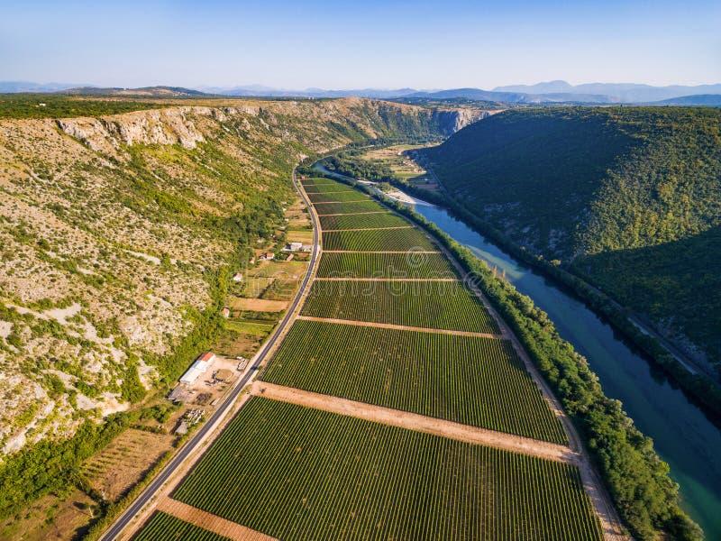 Vista aérea del valle bosnio famoso al lado del río de Neretva en Bosnia y Herzegovina foto de archivo