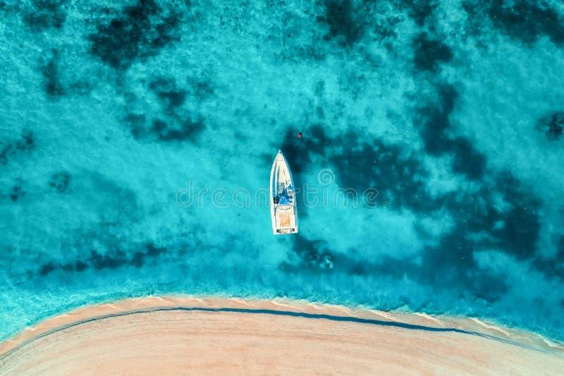 Vista aérea del yate blanco en el agua azul clara fotografía de archivo libre de regalías