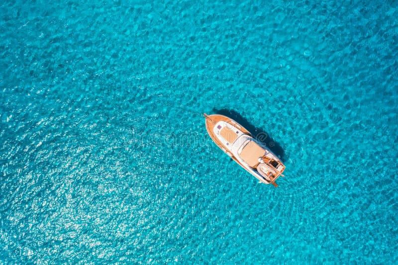 Vista aérea del yate de lujo en el mar transparente en el día soleado fotos de archivo