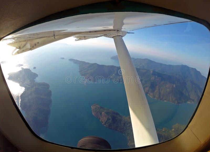Vista aérea dentro do plano das ilhas em Rio de janeiro fotografia de stock royalty free