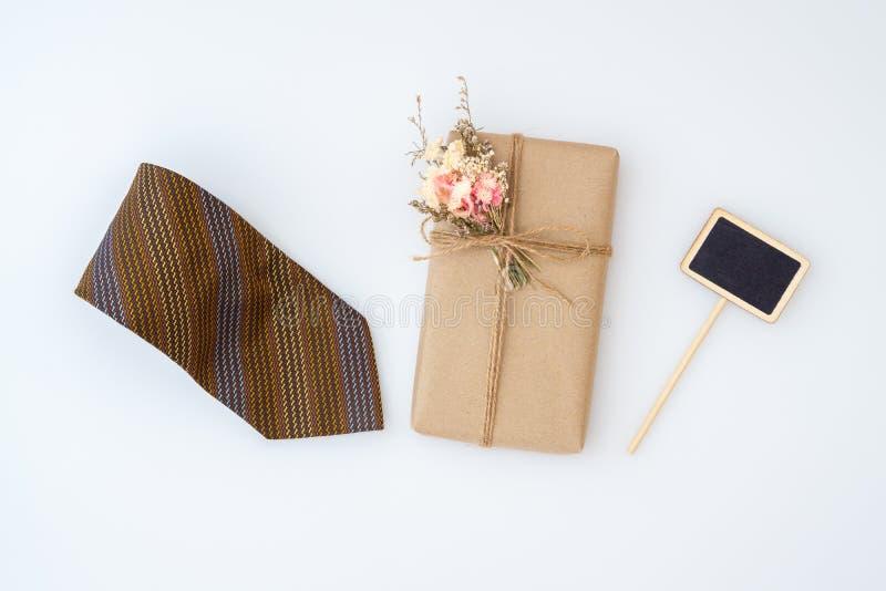 A vista aérea DIY caseiro envolveu as caixas atuais com o mini quadro e a gravata do espaço vazio no fundo branco fotos de stock royalty free