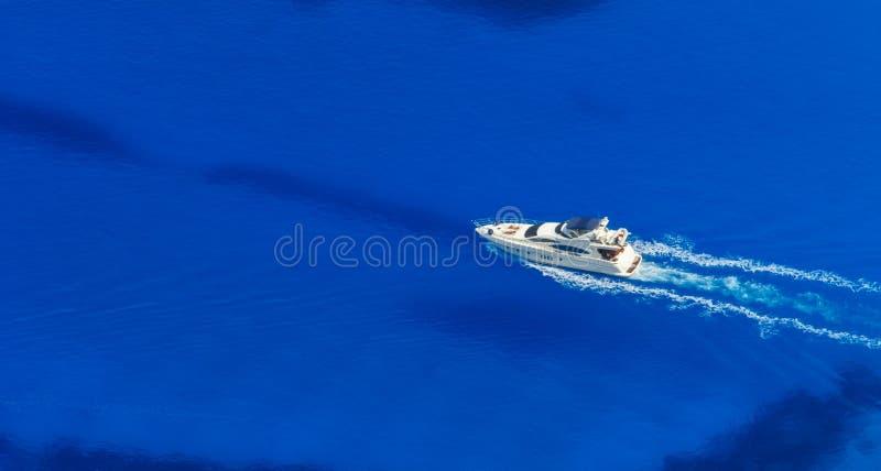 Vista aérea do único iate no mar dos azuis celestes foto de stock royalty free