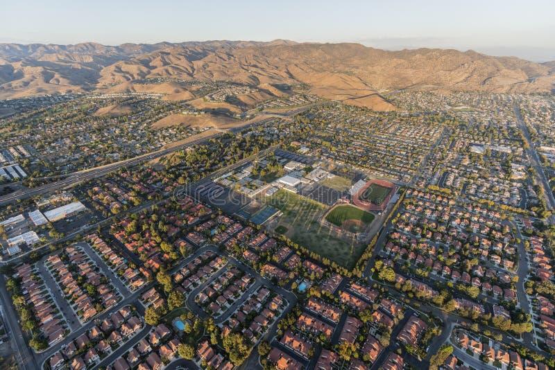 Vista aérea do alojamento suburbano moderno perto de Los Angeles em Simi fotografia de stock royalty free
