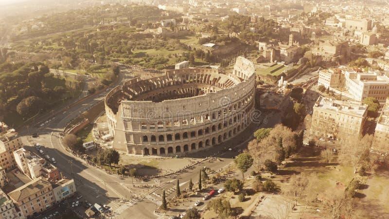 Vista aérea do anfiteatro famoso aglomerado de Colosseum ou de coliseu em Roma, Itália fotografia de stock royalty free