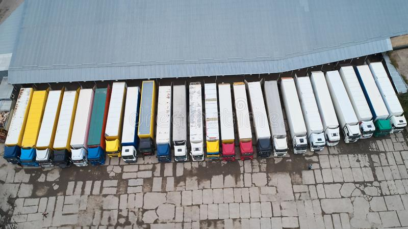 Vista aérea do armazém dos bens Centro da logística na zona industrial da cidade de cima de foto de stock royalty free
