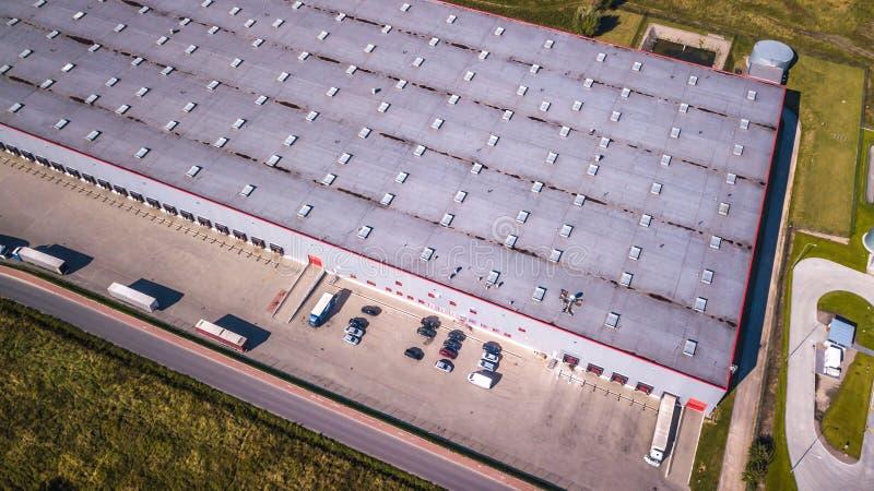 Vista aérea do armazém dos bens Centro da logística na zona industrial da cidade de cima de Vista aérea dos caminhões que carrega imagens de stock royalty free