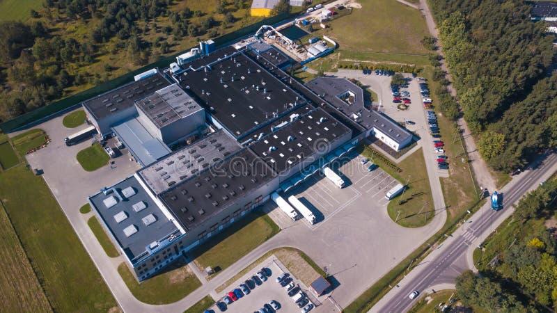 Vista aérea do armazém dos bens Centro da logística na zona industrial da cidade de cima de Vista aérea dos caminhões que carrega foto de stock