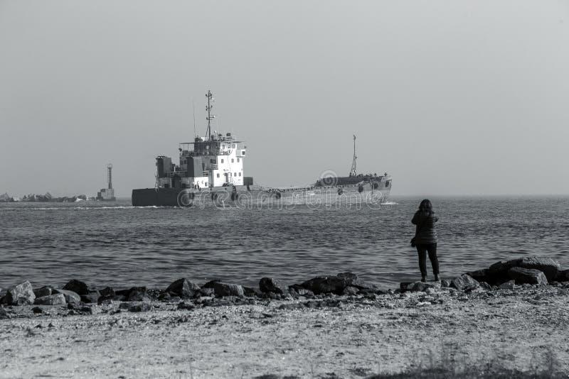 Vista aérea do armazém panorâmico do porto e do navio de recipiente, funcionamento da embarcação do guindaste para a entrega de r foto de stock royalty free