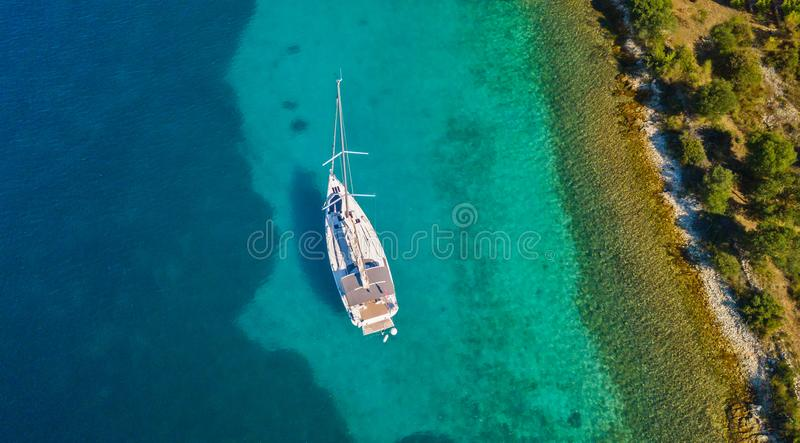 Vista aérea do barco de navigação que ancora ao lado do recife imagens de stock royalty free