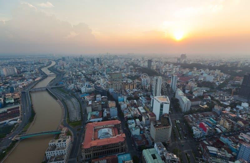 Vista aérea do beira-rio da cidade de Ho Chi Minh em torno do porto de Nha Rong na noite imagens de stock royalty free