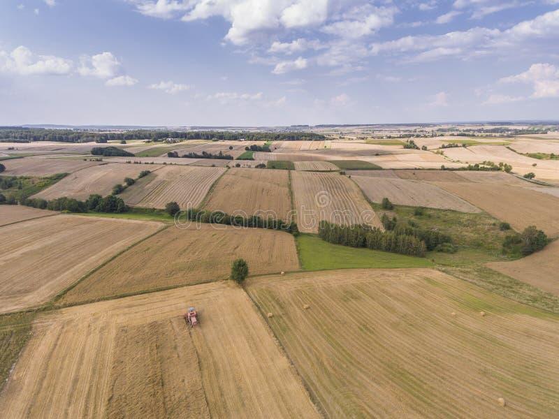 A vista aérea do céu azul e a vila colhem campos no verão fotos de stock royalty free