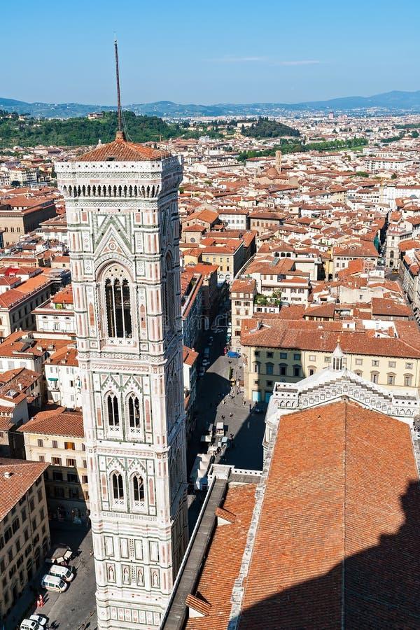 Vista aérea do Campanile do ` s de Giotto da parte superior da catedral - Florença, Toscânia, Itália imagem de stock