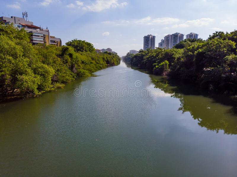 Vista aérea do canal de Marapendi em Barra da Tijuca em um dia de verão Arranha-céus residenciais altos em ambos os lados, com foto de stock