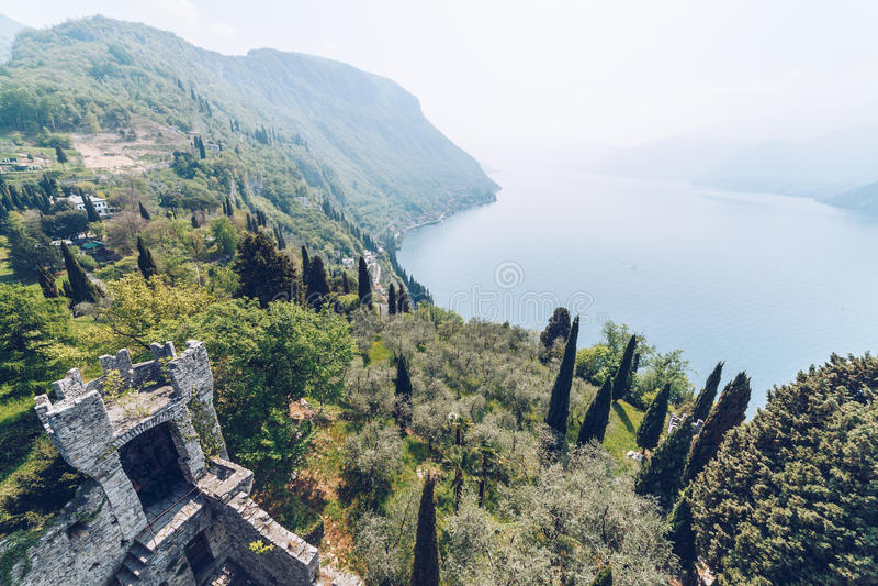Vista aérea do Castello di Vezio fotografia de stock royalty free