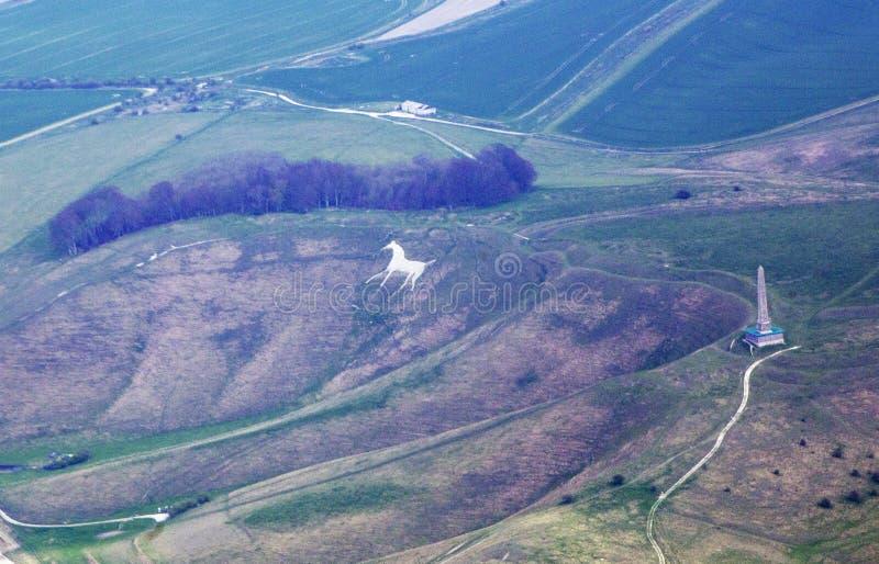 Vista aérea do cavalo branco de Cherhill e do monumento de Landsdowne fotografia de stock