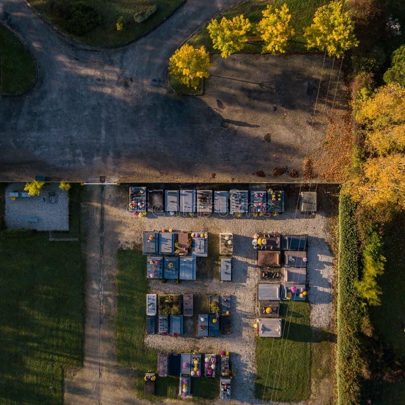Vista aérea do cemitério no por do sol imagens de stock royalty free