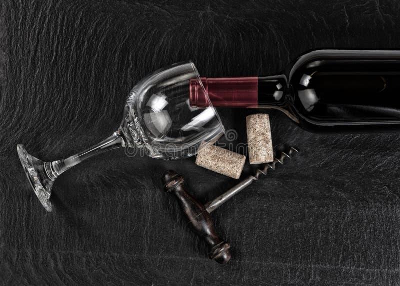 Vista aérea do corkscrew do vintage com garrafa de vinho tinto e glas fotos de stock