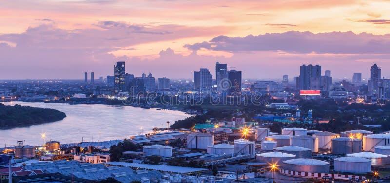 A vista aérea do depósito do óleo e dos tanques de óleo no porto de Banguecoque, é um porto internacional em Chao Phraya River no foto de stock
