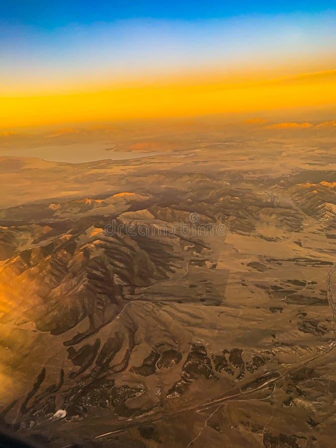 Vista aérea do deserto com colinas e dunas de areia algures nas Rockies EUA imagens de stock
