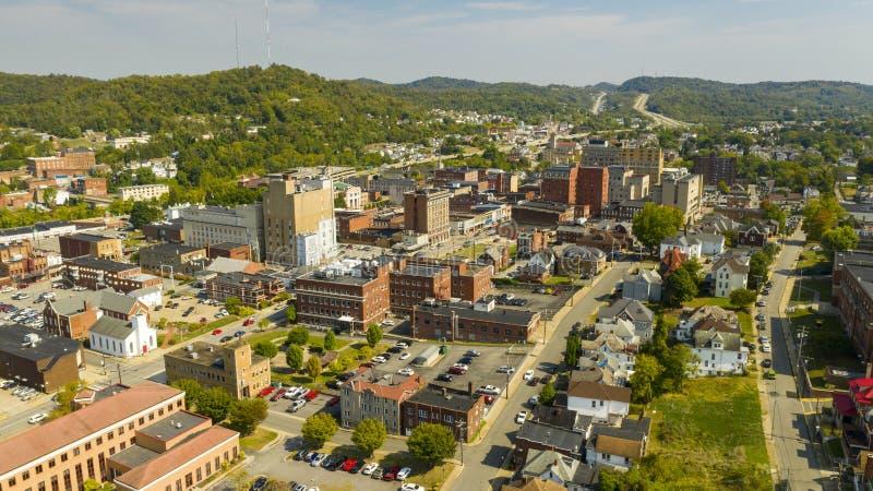 Vista aérea do dia brilhante e ensolarada sobre Clarksburg West Virginia imagens de stock