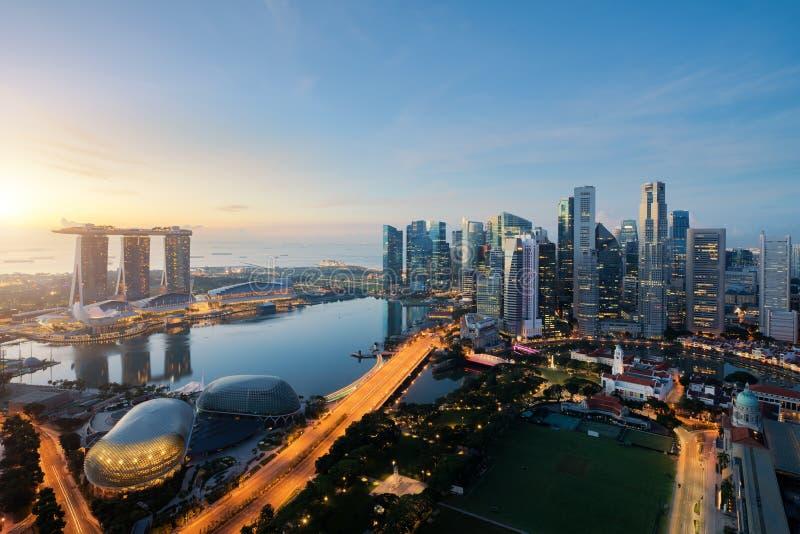 Vista aérea do distrito financeiro e da cidade de Singapura no crepúsculo foto de stock royalty free