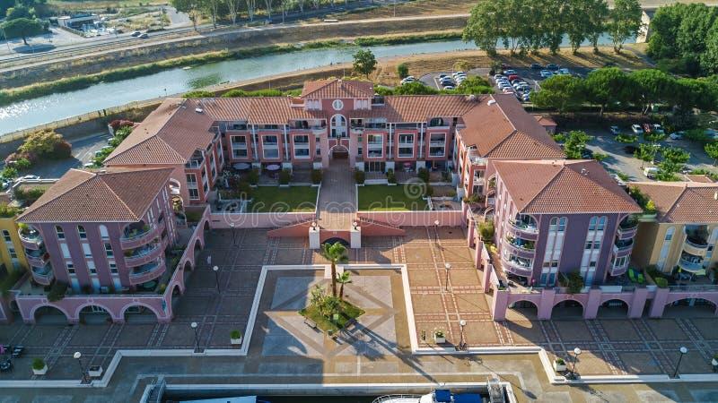 Vista aérea do distrito residencial e de casas modernos de cima de, conceito dos bens imobiliários imagem de stock