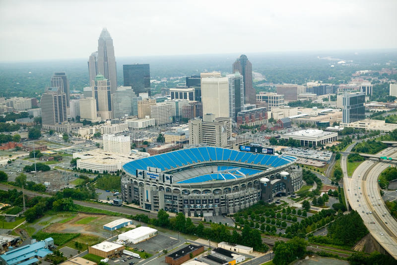 Vista aérea do estádio de Ericcson e do Charlotte, NC imagem de stock
