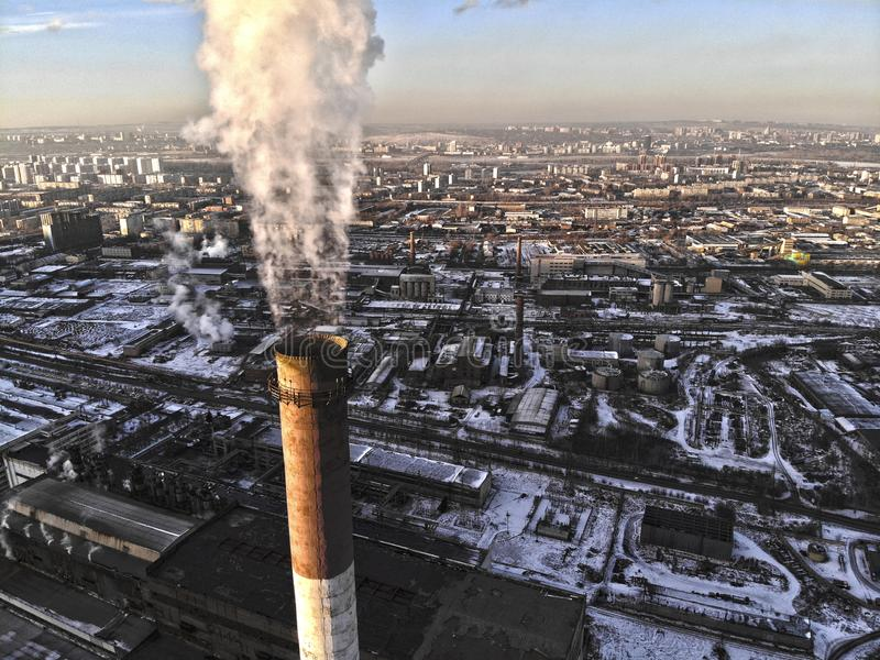 Vista aérea do fumo que aumenta da chaminé de uma caldeira de carvão foto do hdr foto de stock royalty free