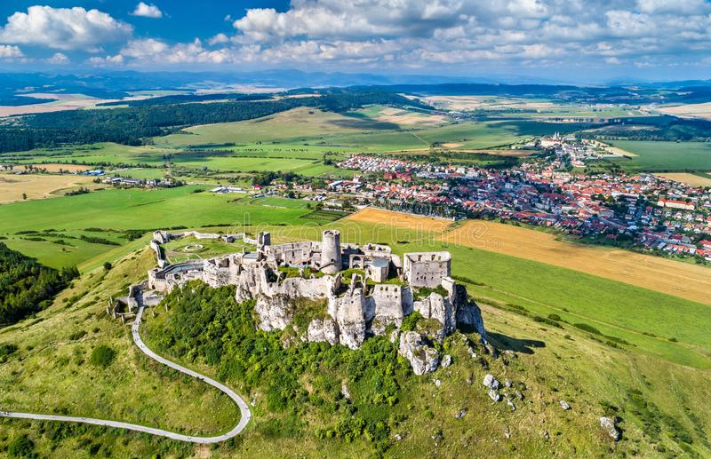 Vista aérea do hrad de Spissky ou do castelo de Spis, um local da herança do UNESCO em Eslováquia fotos de stock royalty free