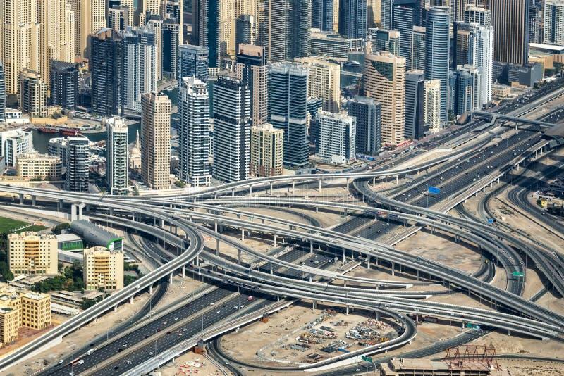 Vista aérea do intercâmbio da estrada de Sheikh Zayeg e dos buidings, Emiratos Árabes Unidos fotos de stock