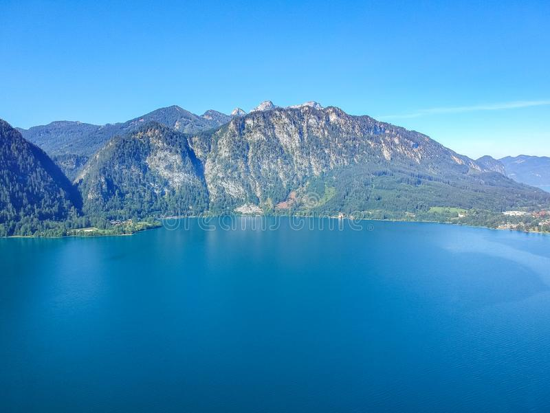 Vista aérea do lago Attersee no austríaco Salzkammergut foto de stock