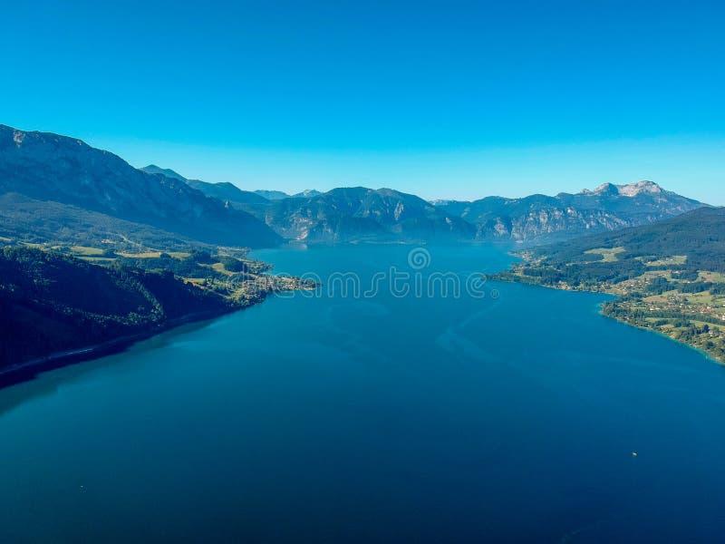 Vista aérea do lago Attersee no austríaco Salzkammergut fotos de stock