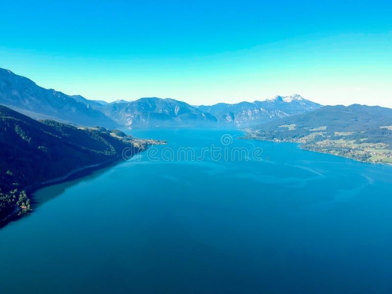 Vista aérea do lago Attersee no austríaco Salzkammergut imagens de stock