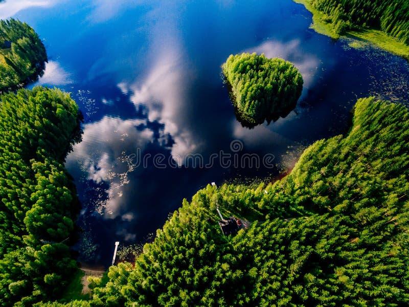 Vista aérea do lago azul com ilha e as florestas verdes em um dia de verão ensolarado em Finlandia imagens de stock royalty free