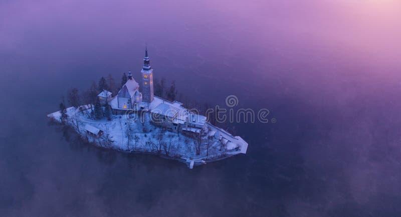 Vista aérea do lago Bled na luz do nascer do sol imagem de stock