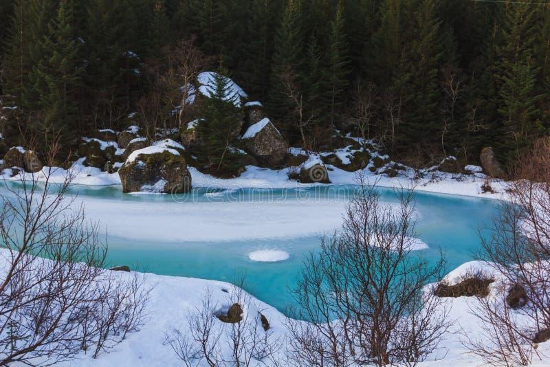 Vista aérea do lago congelado inverno com gelo azul imagem de stock