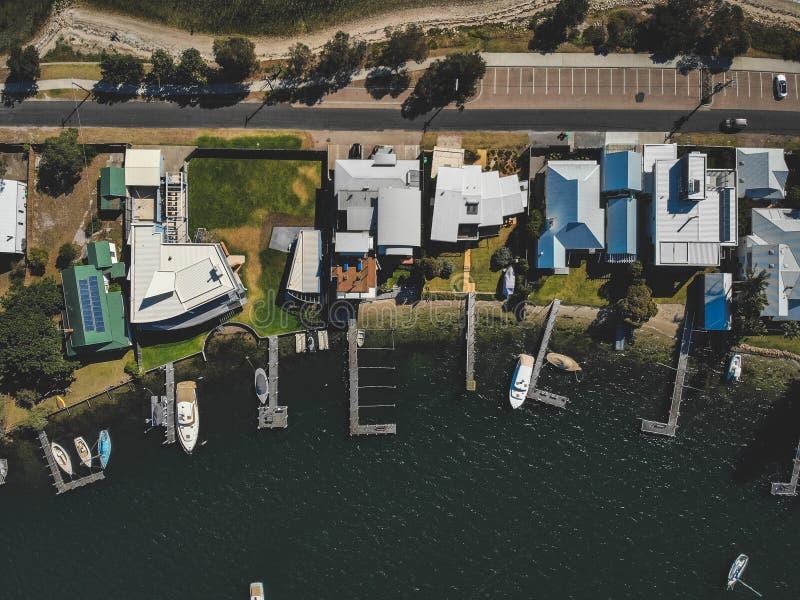 Vista aérea do lago e da estrada das casas fotografia de stock