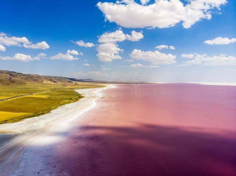 Vista aérea do lago Tuz, Tuz Golu Lago salt Água salgada vermelha, cor-de-rosa É o segundo - o lago o maior em Turquia imagem de stock