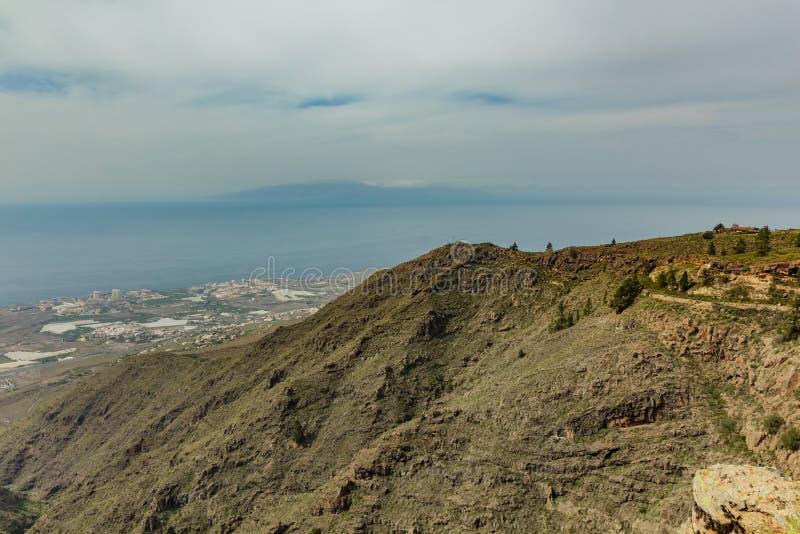 Vista aérea do litoral e da ilha ocidentais do La gomera no dia ensolarado C?u azul e nuvens acima do horizonte Estrada de seguim imagem de stock royalty free