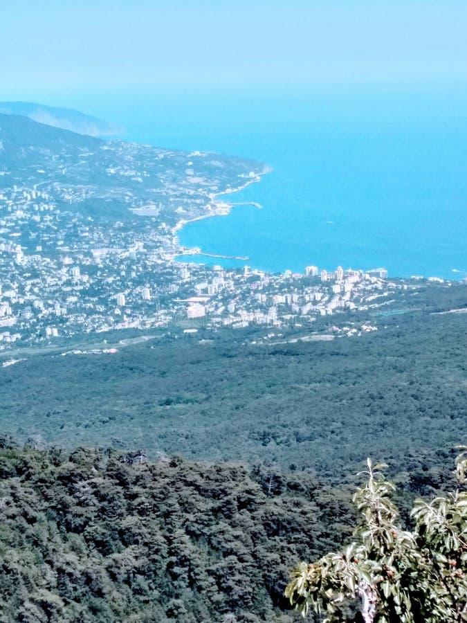 Vista aérea do mar, costa, cidade costeira e montanhas do azure Luz solar brilhante em um dia de verão, paisagem marinha imagem de stock royalty free