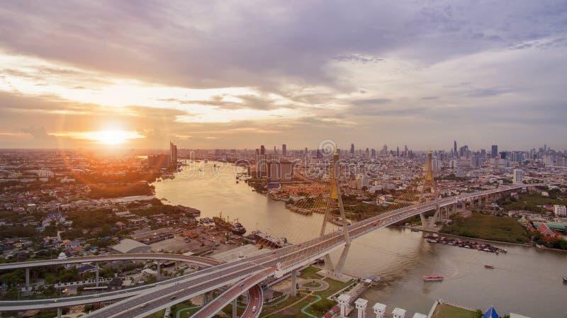 Vista aérea do marco importante da ponte do bhumibol do tha de Banguecoque fotografia de stock