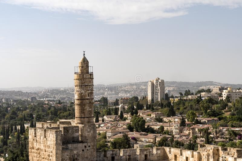 Vista aérea do minarete alto situado dentro da torre do David, uma fortaleza medieval perto da porta de Jaffa, a entrada históric fotos de stock royalty free