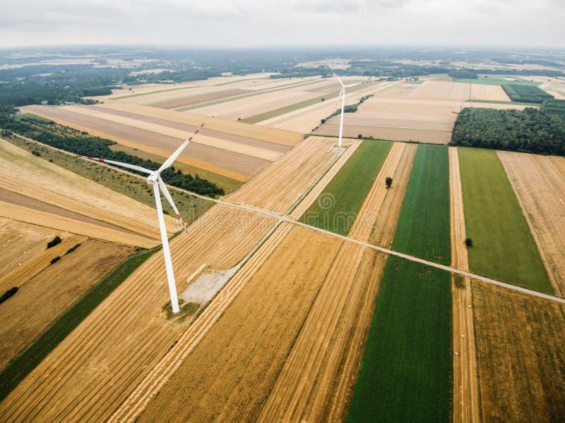 Vista aérea do moinho de vento contra o céu nebuloso foto de stock royalty free