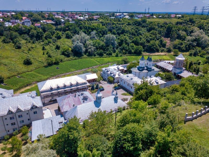 Vista aérea do monastério cristão ortodoxo na cidade de Slatina, Romênia fotografia de stock royalty free