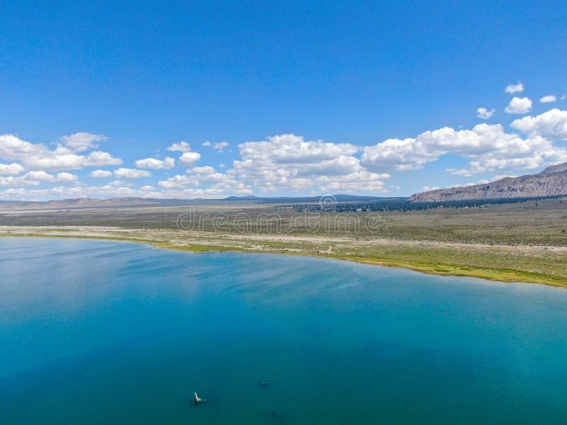 Vista aérea do mono lago foto de stock