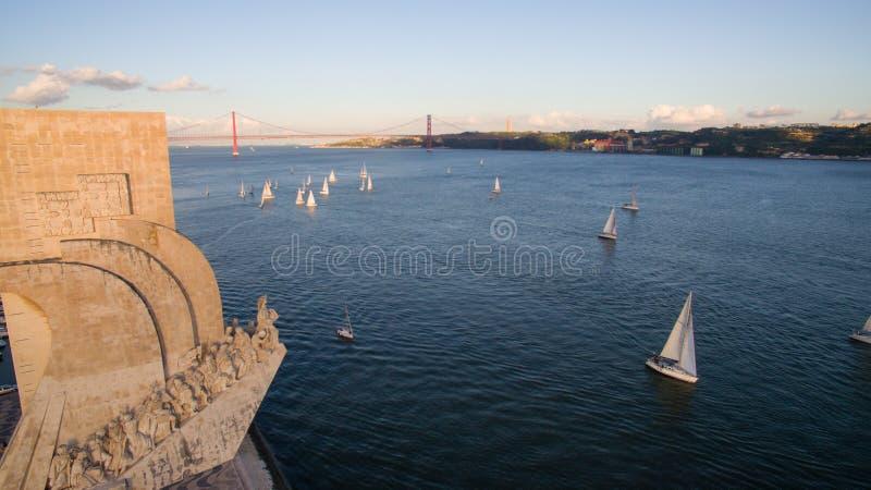 Vista aérea do monumento às descobertas, distrito de Belém, Lisboa, Portugal imagens de stock